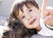Un muchacho y su perro Imagenes de archivo