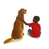 Un muchacho y su perro. Imagenes de archivo