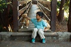 Un muchacho y su perro Fotos de archivo libres de regalías