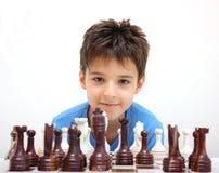 Un muchacho y un ajedrez foto de archivo