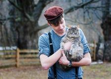 Un muchacho y un gato Fotografía de archivo libre de regalías