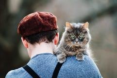 Un muchacho y un gato Imagenes de archivo