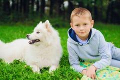 un muchacho y un samoyedo Imagen de archivo