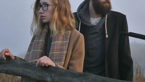Un muchacho y una muchacha de la pelea al aire libre en otoño almacen de video