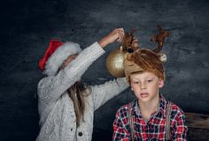 Un muchacho y una muchacha en sombreros de la Navidad Fotos de archivo libres de regalías