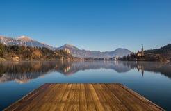 Un muelle de madera, embarcadero, en un lago foto de archivo