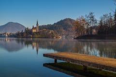 Un muelle de madera, embarcadero, en un lago imagen de archivo