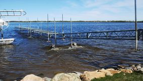 Un muelle del barco en las ruedas se está eliminando en el lago durante la instalación almacen de video