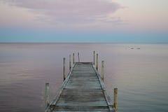 Un muelle en el estrecho de Øresund de Dinamarca Fotos de archivo libres de regalías