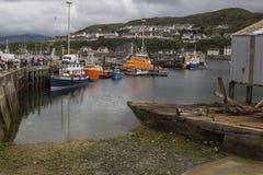 Un muelle en un pequeño pueblo pesquero en al noroeste de Escocia imagenes de archivo