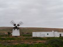 Un mulino bianco con quattro ali su Fuerteventura Fotografia Stock Libera da Diritti