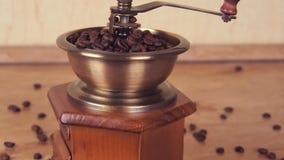 Un mulino di caffè riempito di chicchi di caffè Macinacaffè con i chicchi di caffè archivi video