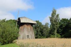Un mulino a vento di legno nella foresta Immagini Stock Libere da Diritti
