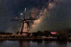 Un mulino a vento e la Via Lattea Fotografia Stock Libera da Diritti