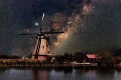 Un mulino a vento e la Via Lattea Fotografia Stock