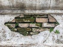 Un mur âgé, fendu et ébréché de stuc photographie stock libre de droits