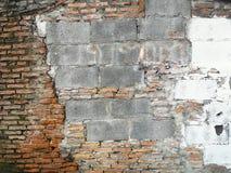 Un mur antique a été abandonné et est tombé dans la ruine Photographie stock