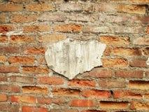 Un mur antique a été abandonné et est tombé dans la ruine Photographie stock libre de droits