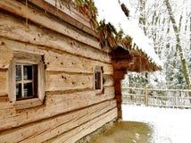 Un mur avec de petites fenêtres d'une vieille hutte en bois de village Photo libre de droits