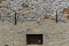 Un mur avec un lavage en baisse et une fenêtre en métal Photos libres de droits