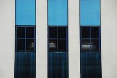 Un mur avec les rayures bleues photo libre de droits