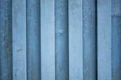 Un mur bleu blanc en métal Lignes verticales taches de peinture et de rouille photo libre de droits