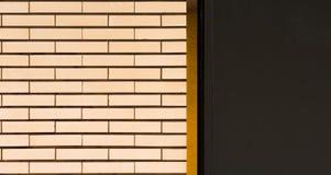 Un mur carrelé blanc avec les rayures oranges et le secteur gris photographie stock libre de droits