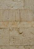 Un mur d'une façade en pierre grise artificielle avec les surfaces rompues approximatives Images stock