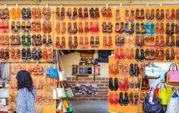 Un mur des sandales en cuir sur l'affichage au marché i de San Lorenzo Photo stock