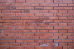 Un mur du vieillissement de brique rouge par temps et fané par le wheather Photo libre de droits