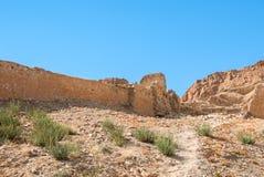 Un mur en pierre ruiné antique dans le désert Photos libres de droits