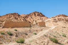 Un mur en pierre ruiné antique dans le désert Photos stock
