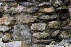 Un mur fait de grandes, multicolores pierres Photos stock