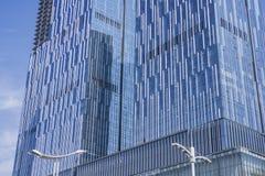Un mur rideau en verre sur la surface externe d'un bâtiment urbain moderne photographie stock
