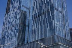 Un mur rideau en verre sur la surface externe d'un bâtiment urbain moderne photo stock