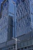 Un mur rideau en verre sur la surface externe d'un bâtiment urbain moderne images stock