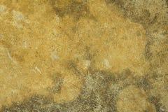 Un muro de cemento gris blanco amarillo sucio viejo con los rasguños y los daños y las manchas del molde Textura de la superficie fotografía de archivo