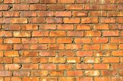 Un muro di mattoni invecchiato rosso Fotografie Stock Libere da Diritti