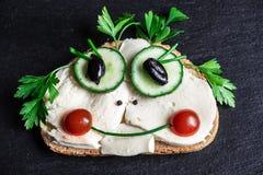 Un museau drôle avec des légumes sur un sandwich photographie stock libre de droits