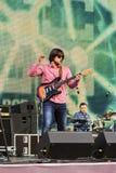 Un musicien avec une guitare sur l'étape photo stock