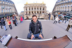 Un musicien sans abri doué joue le piano dans la rue pour gagner une certaine somme d'argent Image stock
