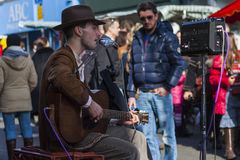 Un musicista ambulante che gioca i blu Immagini Stock