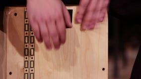 Un musicista del batterista gioca uno strumento di percussione Cajon Primo piano Metraggio su un tema musicale stock footage
