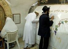 Un musulman et des prières juives prient ensemble dans la tombe du prophète Samuel photos stock