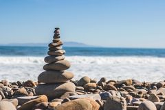 Un muy hermoso visto de piedras en la playa imagen de archivo libre de regalías