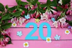 Un número brillante 20 y flores Imagenes de archivo