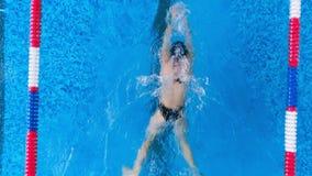 Un nageur féminin lui montre le style de brasse banque de vidéos