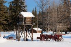 Un nascondiglio di legno e un vecchio vagone Fotografia Stock