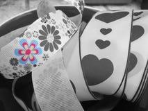 Un nastro con i cuori ed i fiori fotografie stock libere da diritti