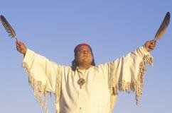 Un Natif américain exécutant une cérémonie de la terre, Big Sur, CA Photo libre de droits
